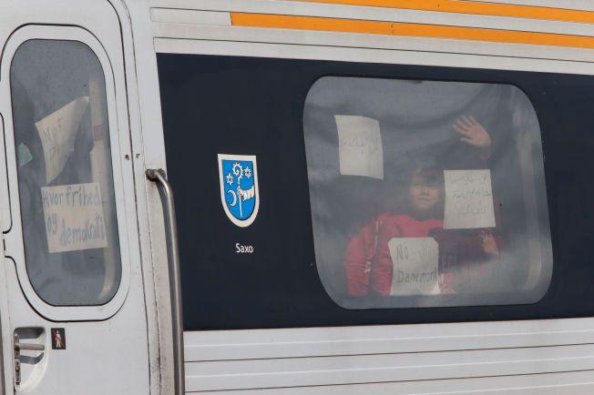 UNGE: Det har blitt vist frem flere barn i vinduene på toget.
