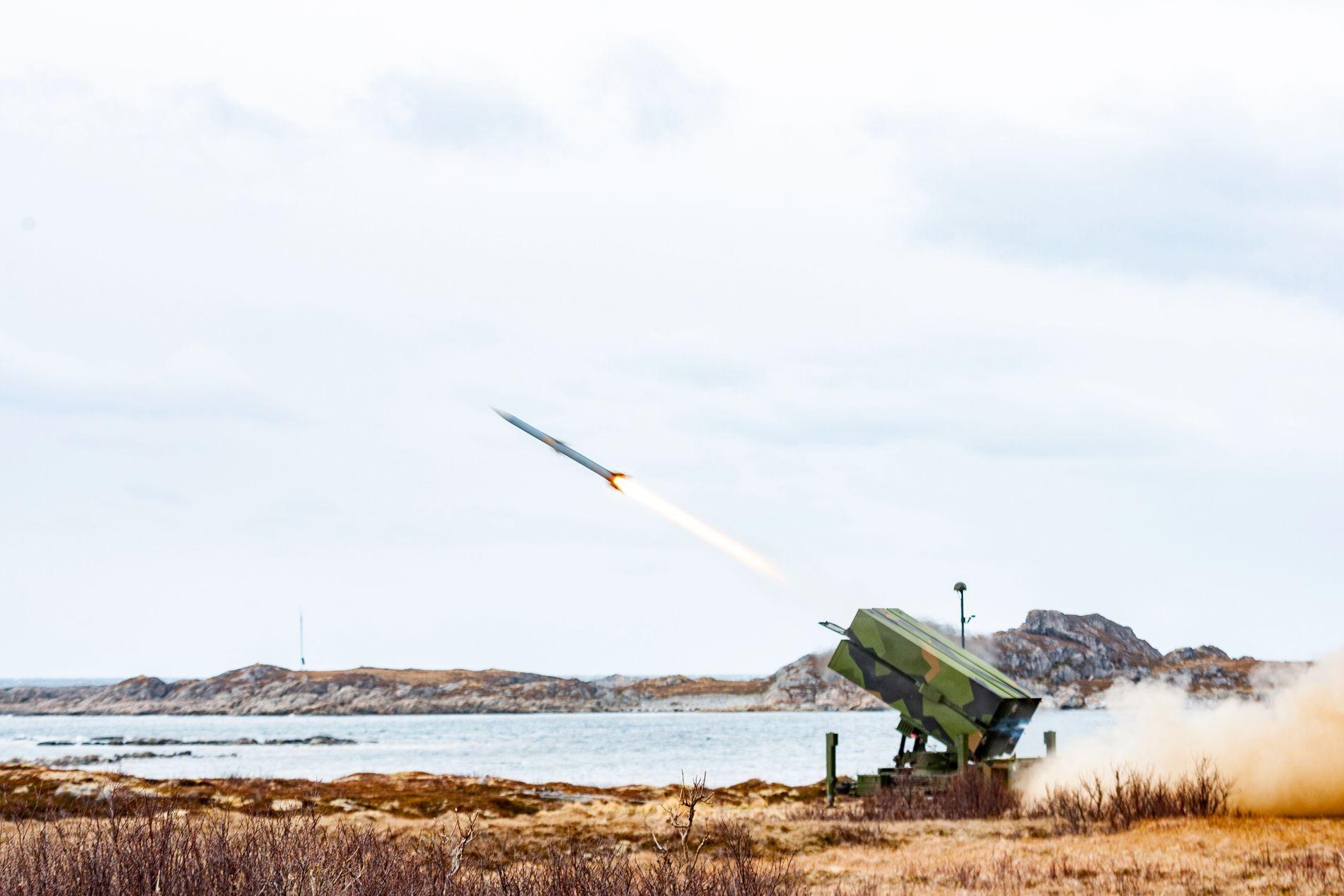 MOT LUFTTRUSLER: Det nye luftvernsystemet NASAMS III under øvelse Sølvpil på Andøya.