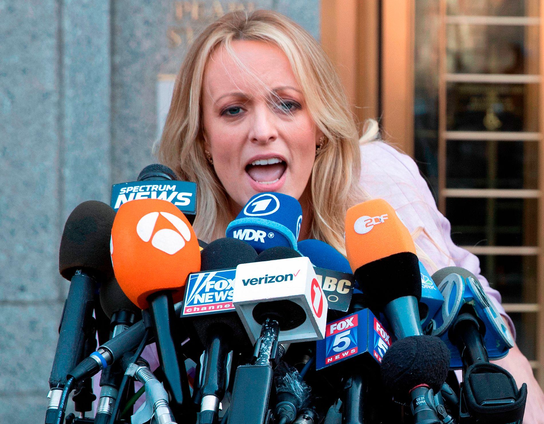 Stephanie Clifford, bedre kjent under artistnavnet Stormy Daniels, saksøker president Donald Trump for ærekrenkelser.  Hun har tidligere gått til søksmål mot Trump og hans advokat Michael Cohen.