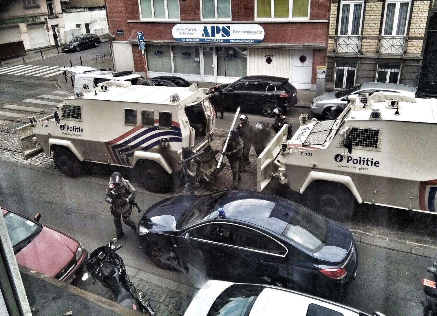POLITIAKSJONEN: Her er tungt bevæpnet belgisk politi på vei inn i leiligheten hvor terroristene forberedte angrepene.