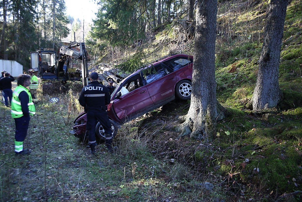 FANT BILEN HER: Politiet fant bilen inne i et skogholt noen hundre meter fra ulykkesstedet, etter at bilen ble flyttet like etter ulykken med to 15-åringer og en 14-åring.