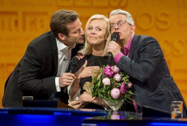 FIKK SANG OG BLOMSTER: Jon Almaas og Knut Nærum tok en sjarmerende, musikalsk avskjed med Linn Skåber i 2013. Foto: HELGE MIKALSEN