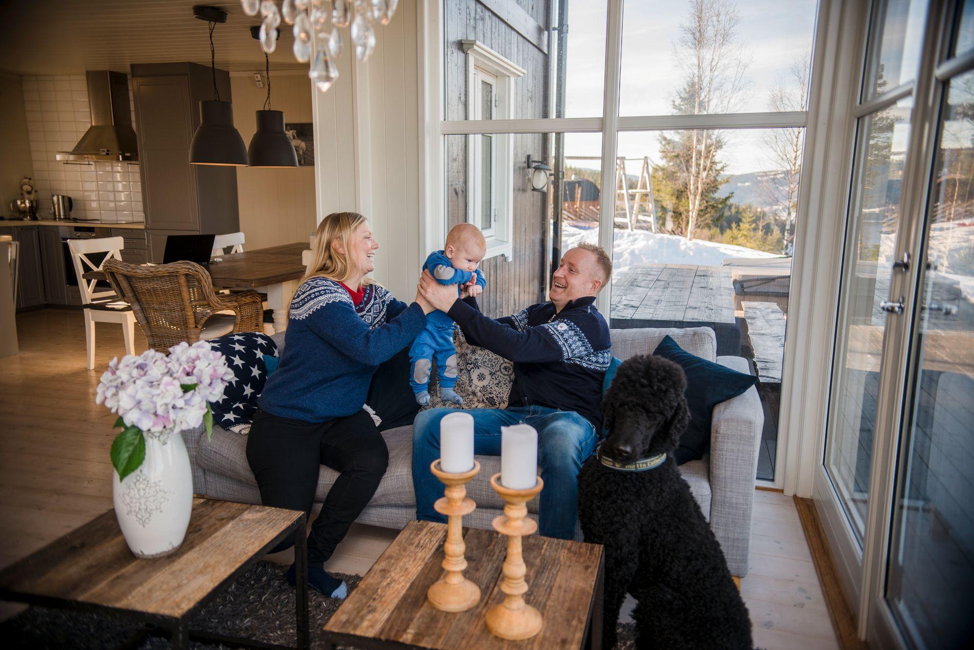 DELER: Småbarnsforeldrene Heidi og Tormod kjøpte hytta sammen med hans bror. De helgene ingen av dem bruker den, leies den ut. Dermed holdes kostnadene svært lave.