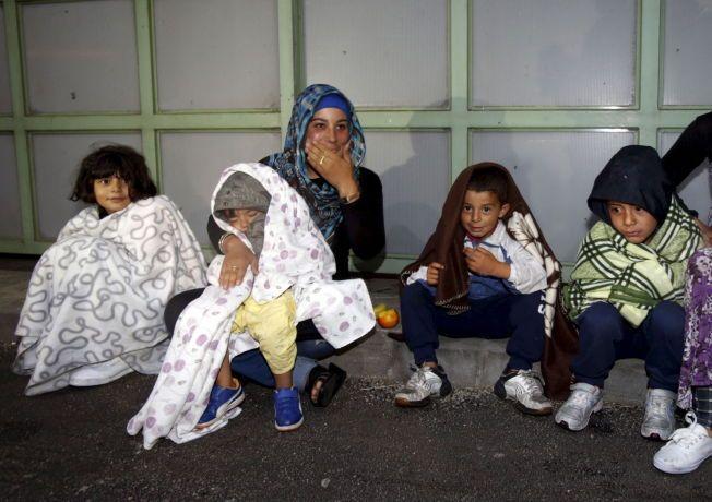 LANG FERD: Natt til lørdag ankom de første flyktningene grensestasjonen Hegyeshalom mellom Ungarn og Østerrike.