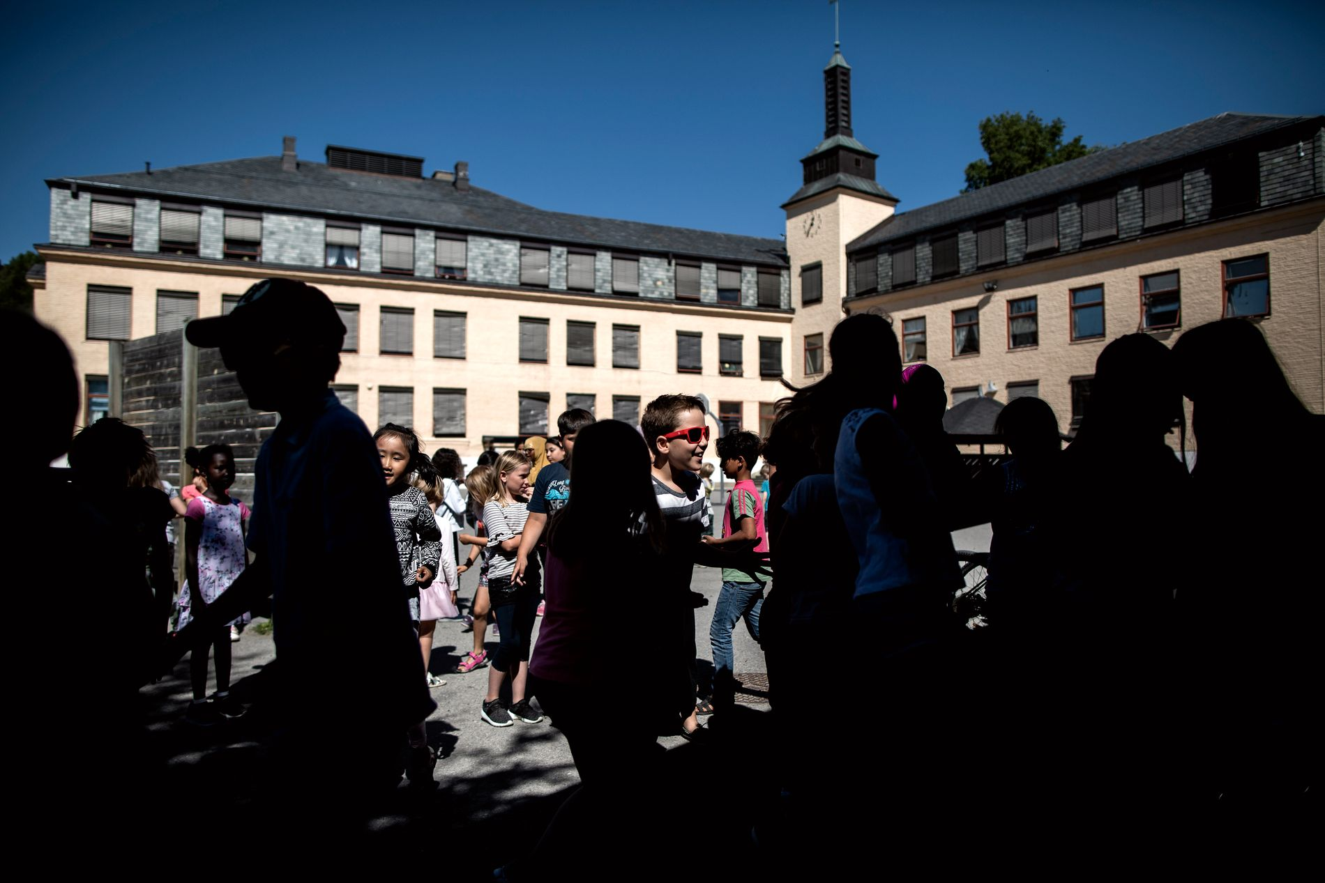 FRIMINUTT: Et yrende liv i skolegården på Hønefoss skole når førsteklassingene slippes ut i sola.
