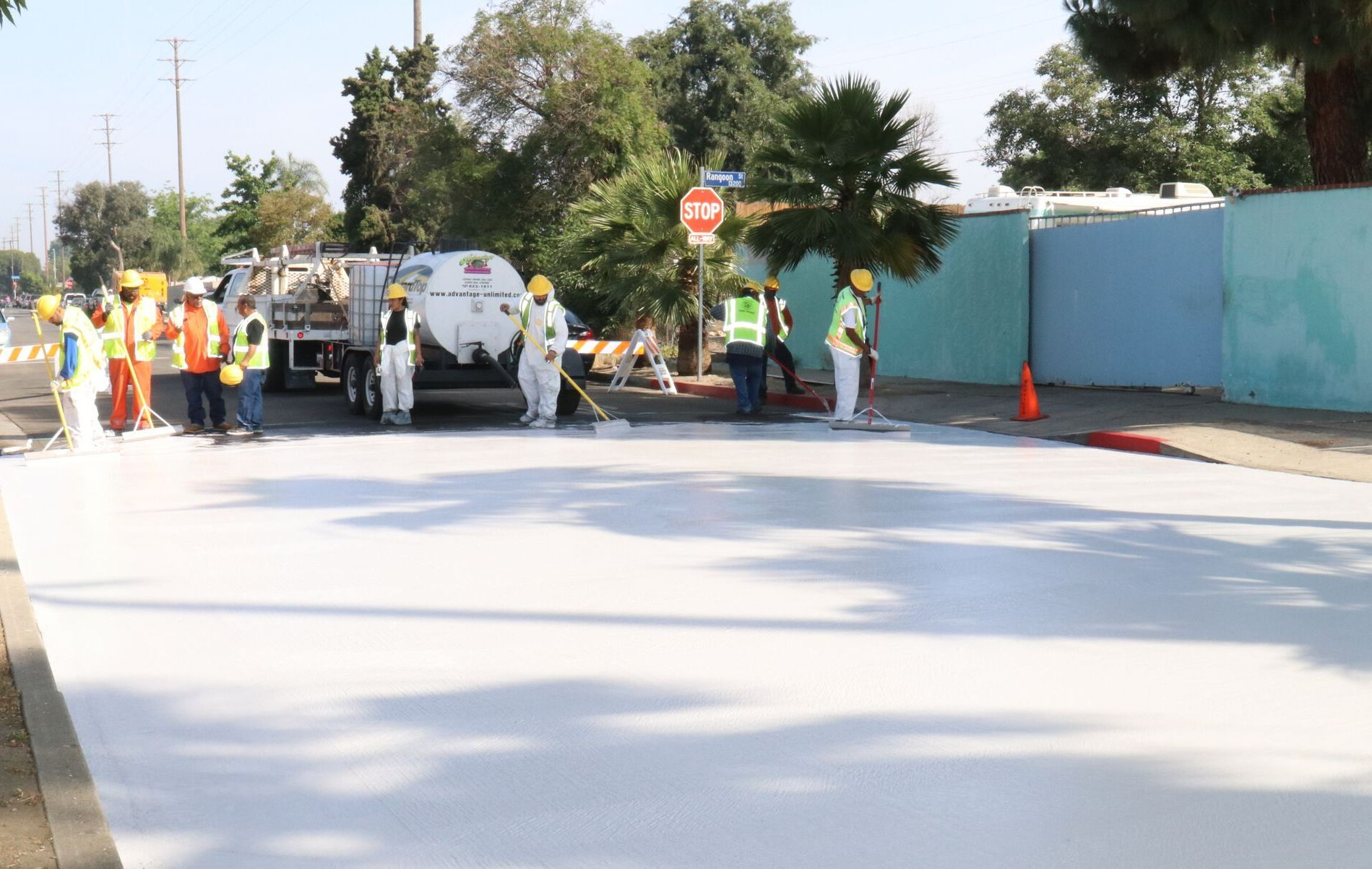 KRITTHVITT: Ifølge LA Street Services vil stoffet de påfører asfalten føre til at solstrålene reflekteres, og bakken ikke blir like varm som uten malingen.