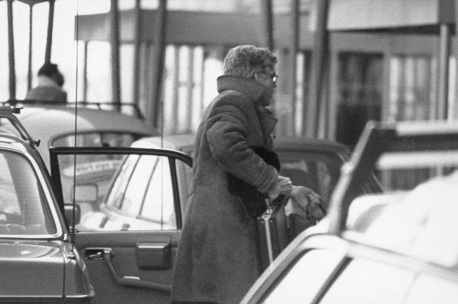 20. JANUAR 1984: Bildet av Arne Treholt med stresskofferten ved Fornebu lufthavn. Minutter senere ble spionen pågrepet. Geir Selvik Malthe-Sørenssen mener at taperestene ikke er synlige på Treholts koffert på dette bildet.