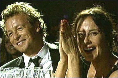 LO GODT: TV-stjernen Simon Baker og kona under sanghyllesten. Foto: Reuters