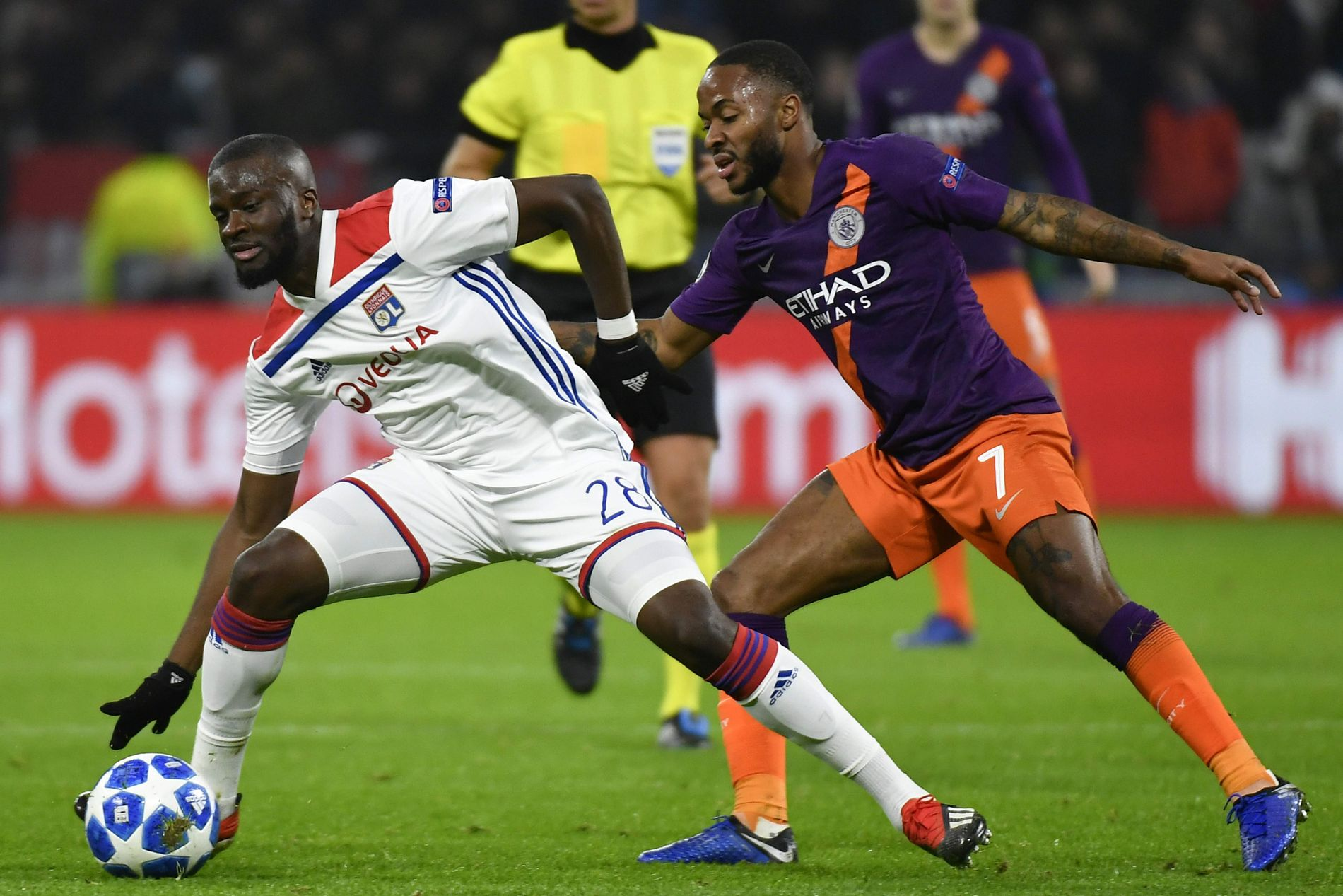 MOT CITY: Tanguy Ndombélé, her i duell mot Man. Citys Raheem Sterling fra CL-oppgjøret mellom Lyon og City i november.