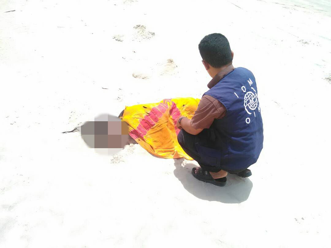 TRAGEDIE: FN-ansatte med en flyktning på en strand i Jemen.