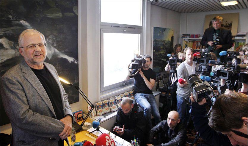 STOR INTERESSE: Mange journalister hadde møtt opp tirsdag formiddag, da Per Kristiansen stod frem som «Anonym»-forfatteren. Foto: Scanpix