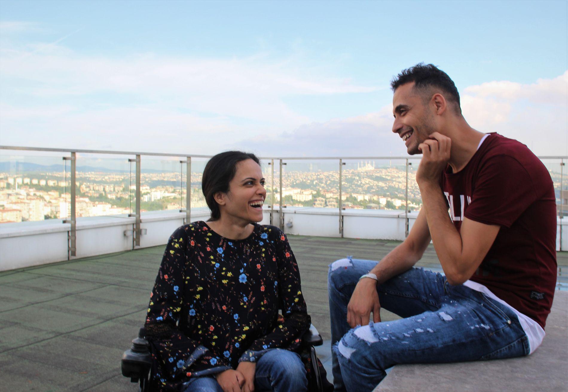 MED BROREN: Noor og Ahmad snakker om hvordan de tror det blir i Canada, på taket av et hotell i Istanbul. – Kanskje jeg treffer statsminister Justin Trudeau, han er så kjekk, bare synd at han er gift, sier Noor.
