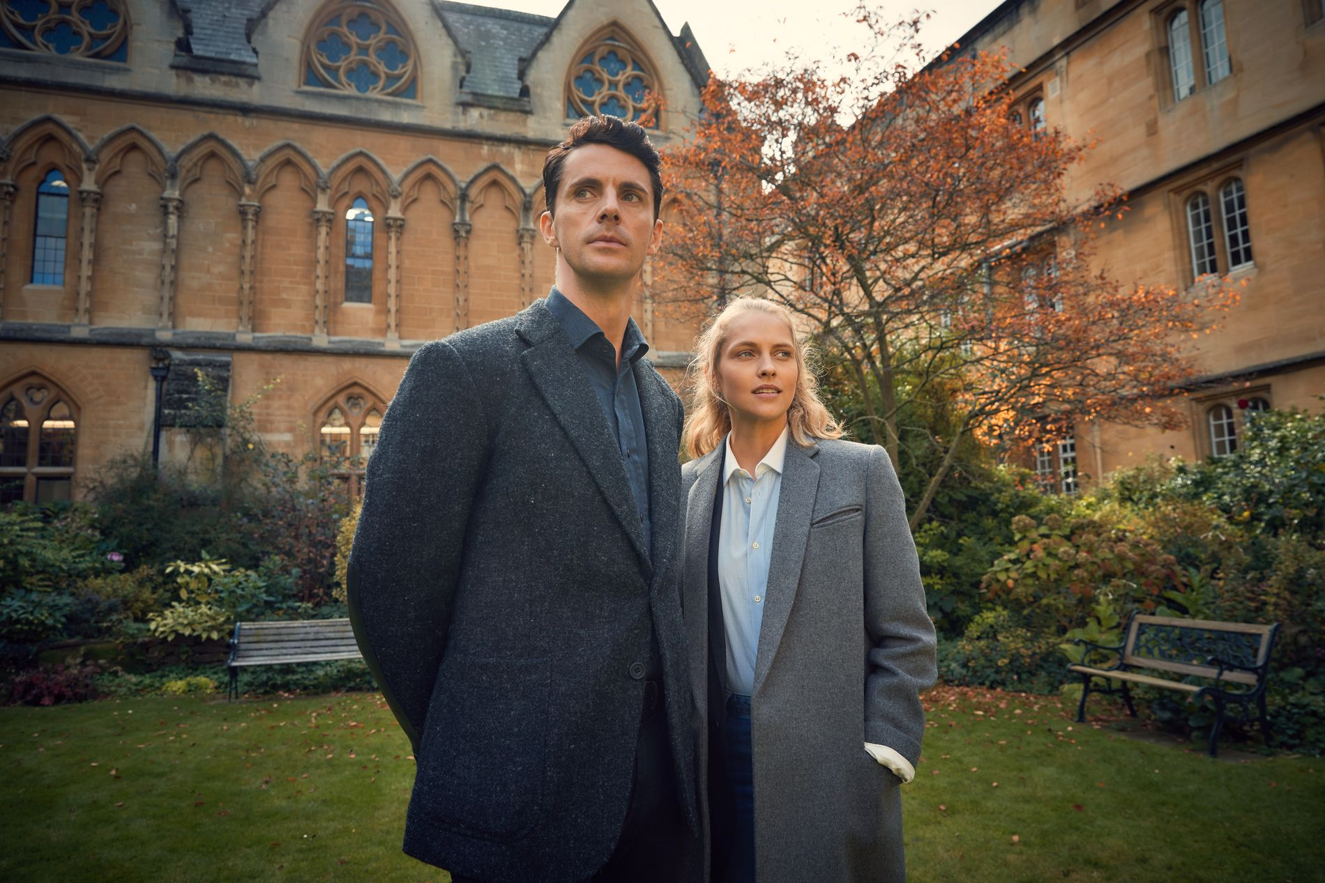 MAGISK: Theresa Palmer som Diana Bishop og Matthew Goode som Matthew Clairmont i sesong 1 av «A Discovery of Witches».
