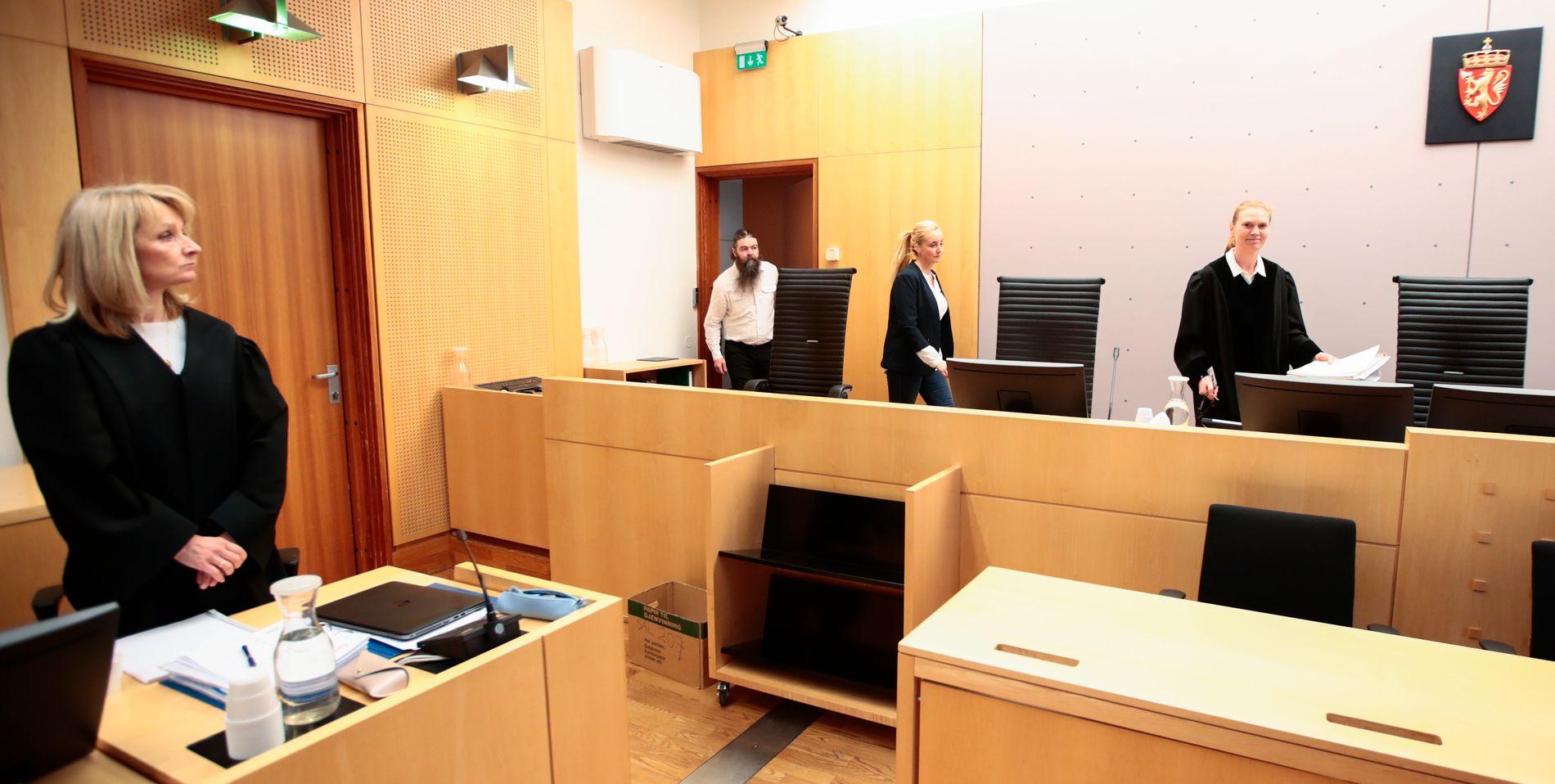 OSLO TINGRETT: Rettsforhandlingen mot psykiateren går i Oslo tingrett onsdag. Her står aktor Hilde Strand (til venstre), mens tingrettsdommer Nini Ring (til høyre) er på vei inn i salen med meddommerne.