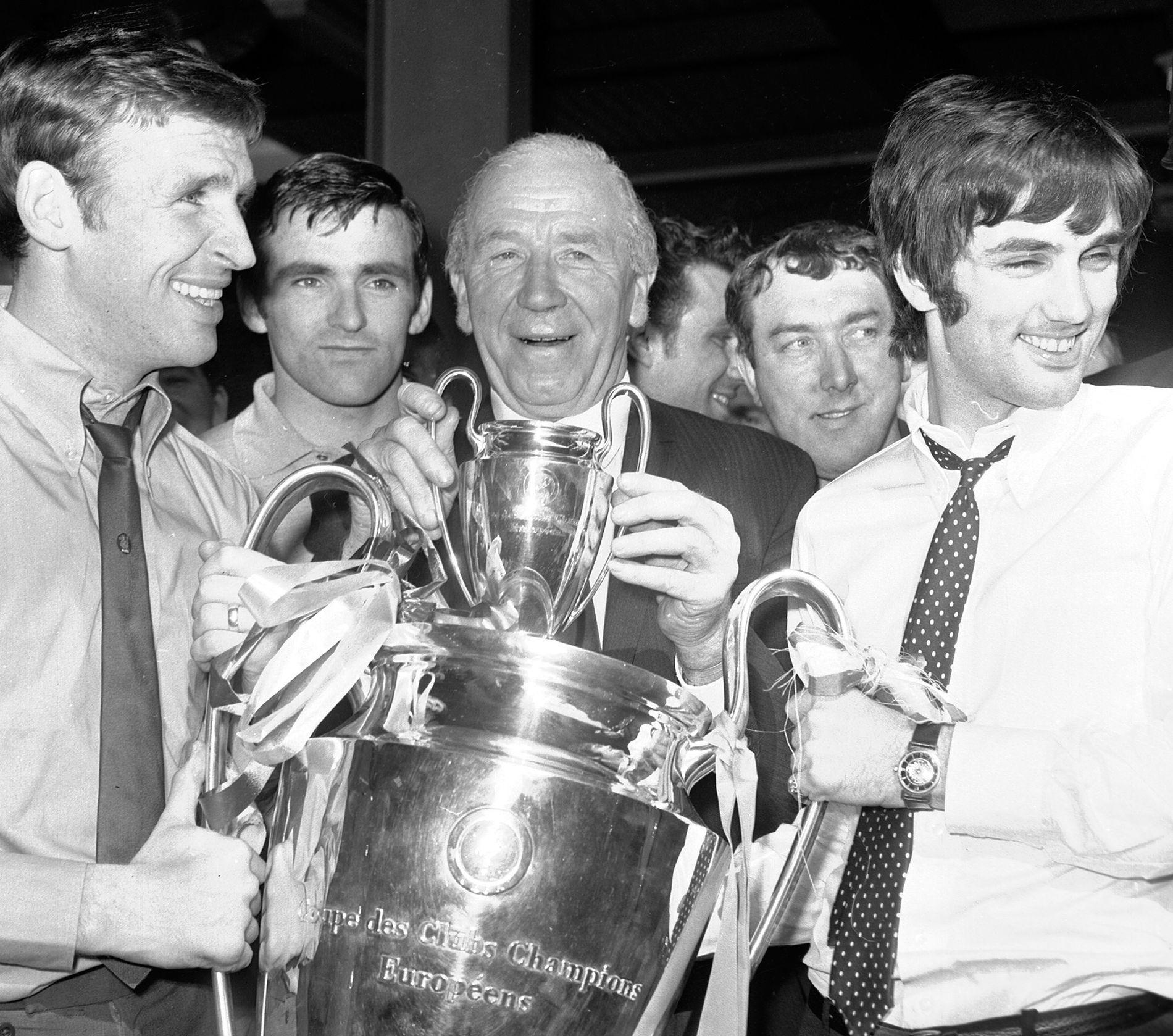 Etter 23 år som United-manager, ti år etter flytragedien, kunne Matt Busby løfte det gjeveste klubbtrofeet i Europa. Her sammen med Paddy Crerand (til venstre) og George Best etter 4–1 over Benfica på Wembley.