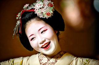 KUNST: En jente bruker ofte seks år på å bli en geisha. En lærling får opplæring i sang, dans, språk, blomsterdekorasjoner, te-seremoni og shamisen.