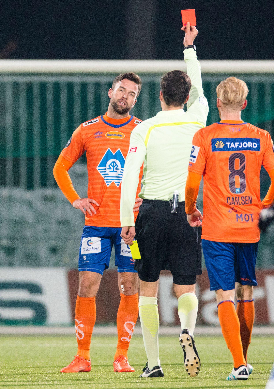 UT! Aalesunds Kaj Ramsteijn har fått gult kort nummer to og får marsjordre av dommer Martin Lundby i Sarpsborg.