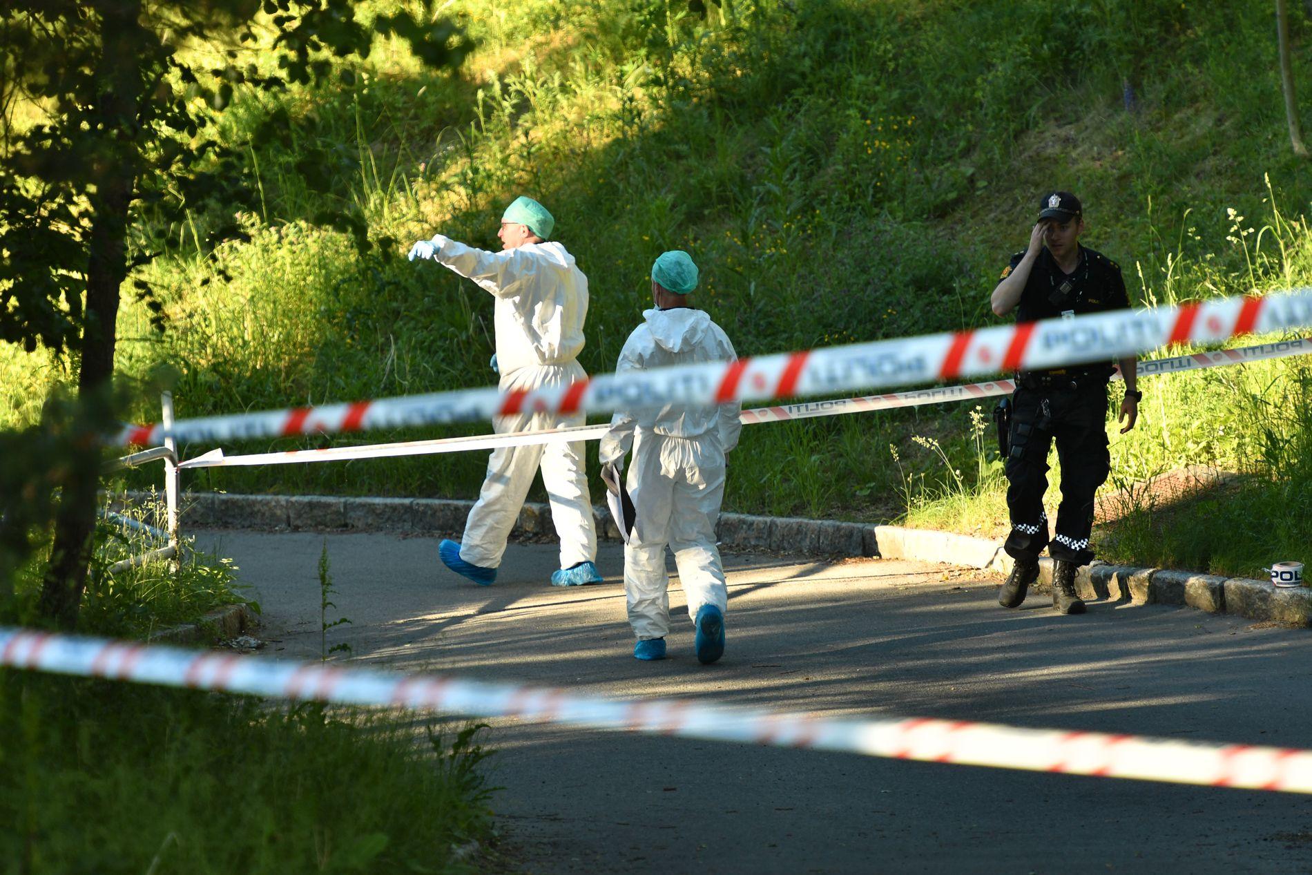 DREPT PÅ GANGVEIEN: Flere forbipasserende ble vitner til at mannen (43) drepte sin egen kone (42) da hun gikk av bussen her på Trosterud i juni i fjor.