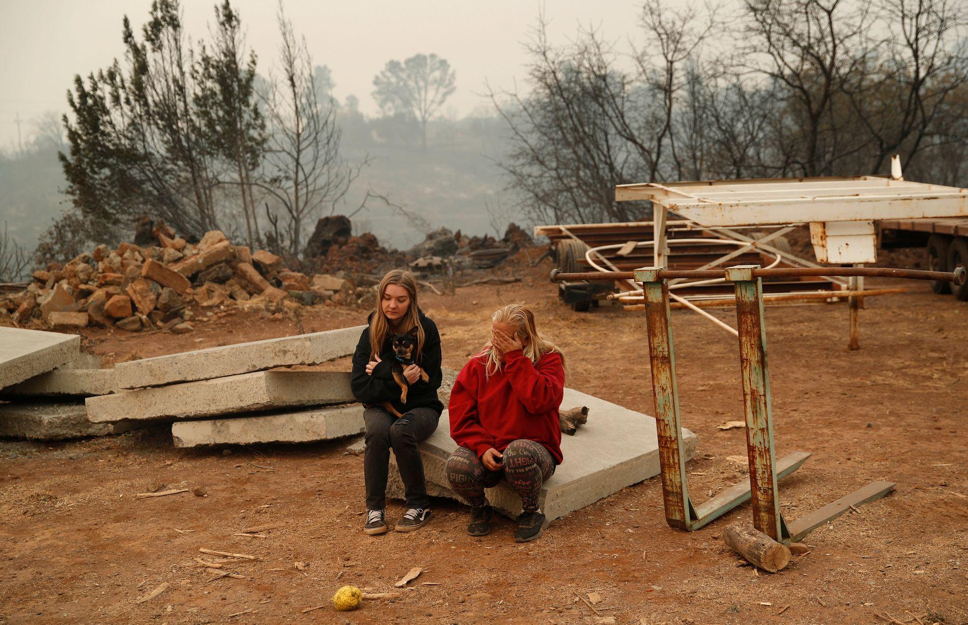 BRENT TIL GRUNNEN: Huset til Krystin Harvey og familien i Paradise i California ble slukt av flammene i november. Her på eiendommen sammen med datteren Araya.