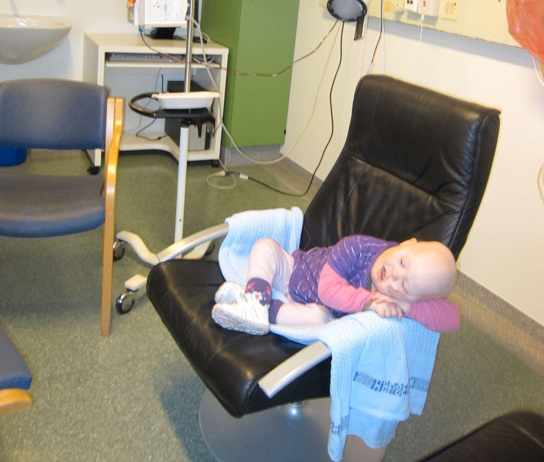 TØFF BEHANDLING: Kaia måtte gjennom et behandlingsløp med cellegift og antibiotika i to og et halvt år. Her er hun på sykehuset. Foto: PRIVAT