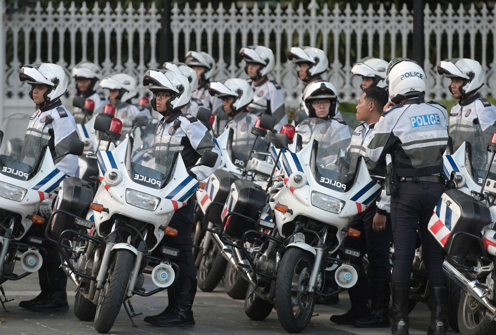 HØY SIKKERHET: Politi som eskorterer Kim Jong-uns kortesje fotografert ved presidentpalasset i Singapore.