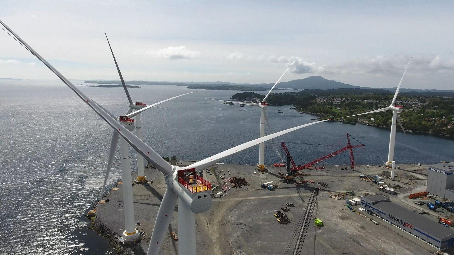 FÅR MILLIARDSTØTTE: Equinor og partnerne får opptil 2,3 milliarder kroner i støtte fra statlige Enova til å bygge verdens største flytende havvindpark, Hywind Tampen. Bildet er fra Hywind Skottland, fem turbiner på 6 megawatt og 175 meters høyde som ble montert opp på Stord før de seilte til Skottland.