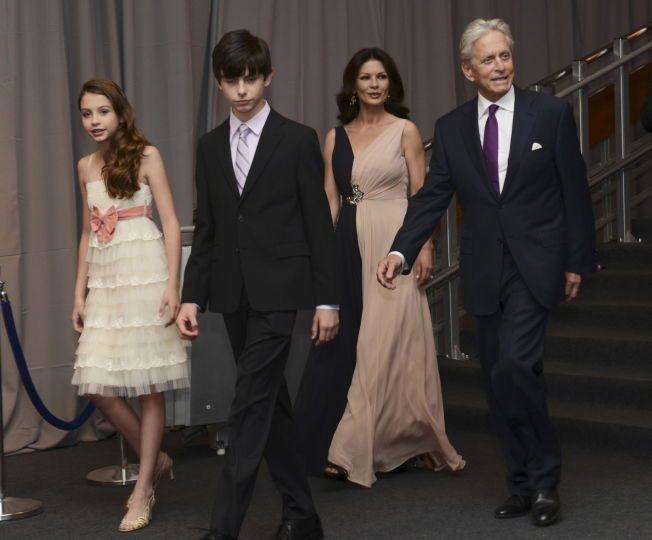 FAMILIEN: Michael Douglas (t.h.), kona Catherine Zeta-Jones, og deres barn Carys og  Dylan ankommer prisutdelingen Genesis Prize i Jerusalem 18. juni. Israels statsminister Benjamin Netanyahuaward overrakte Douglas prisen.
