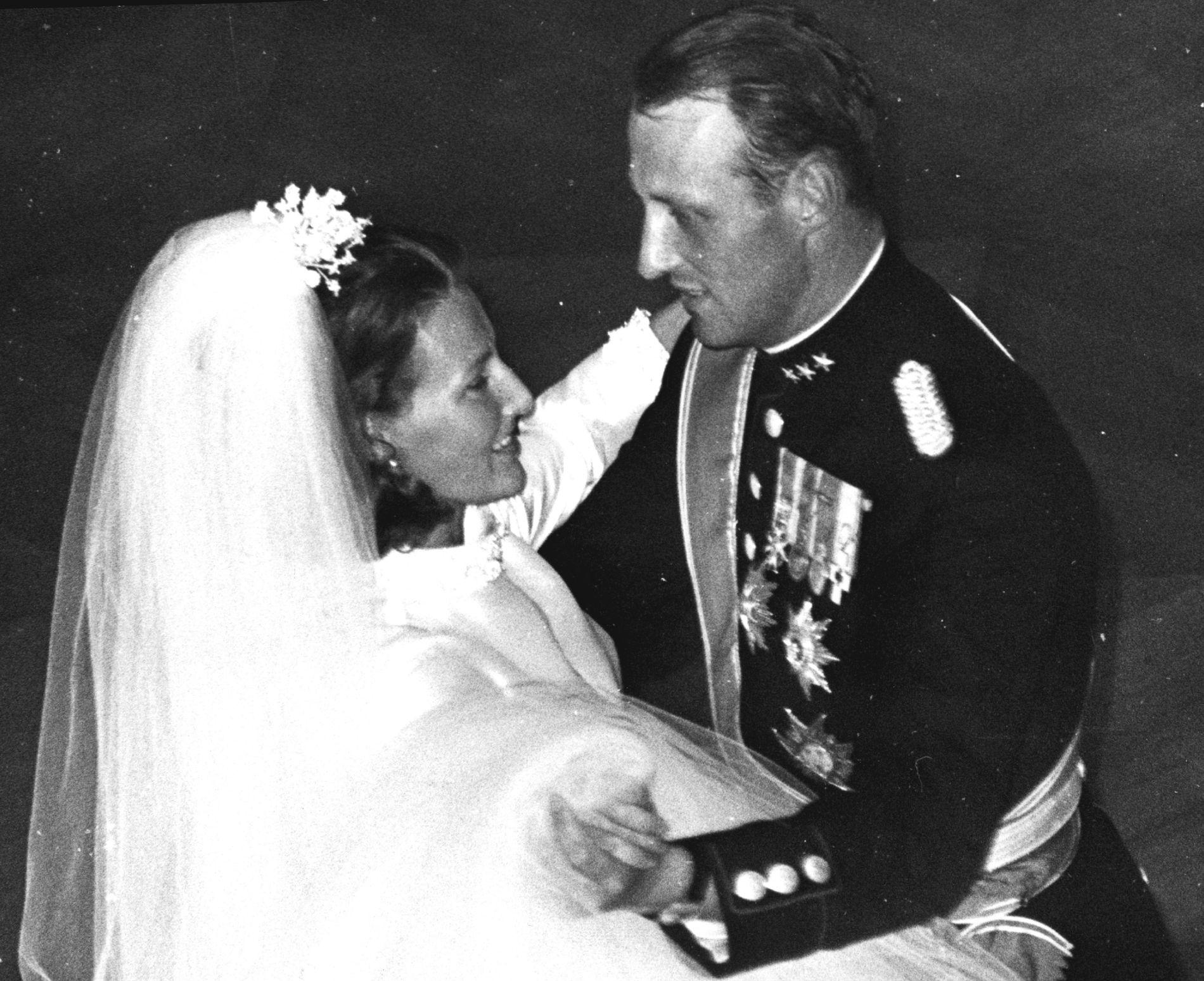 BRUDEVALSEN: Kronprins Harald byr opp Sonja til brudevals på Slottet for femti år siden.