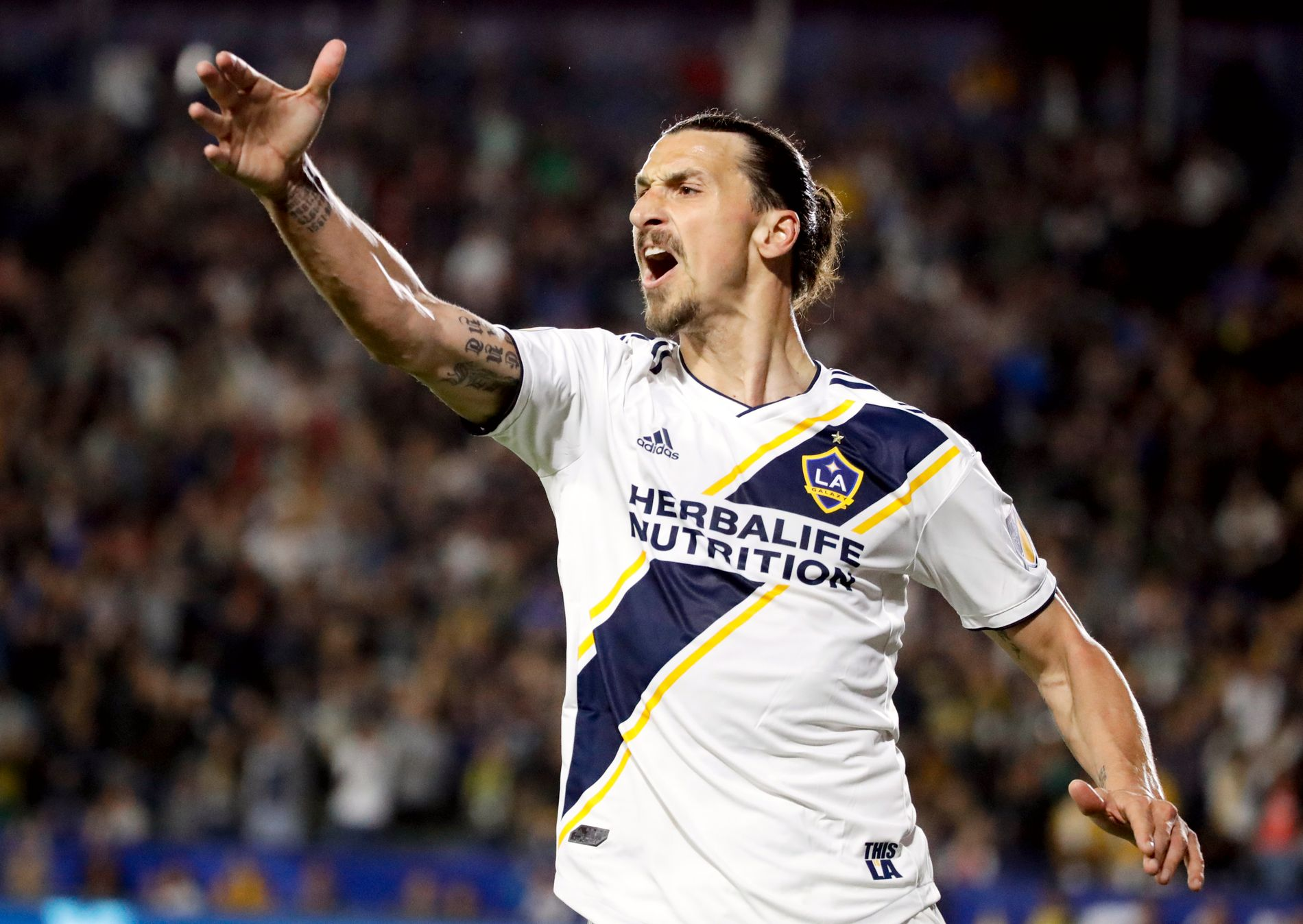 IRRITERT: Zlatan Ibrahimovic var ikke fornøyd da han ble avvinket for offside etter å ha funnet nettmaskene.