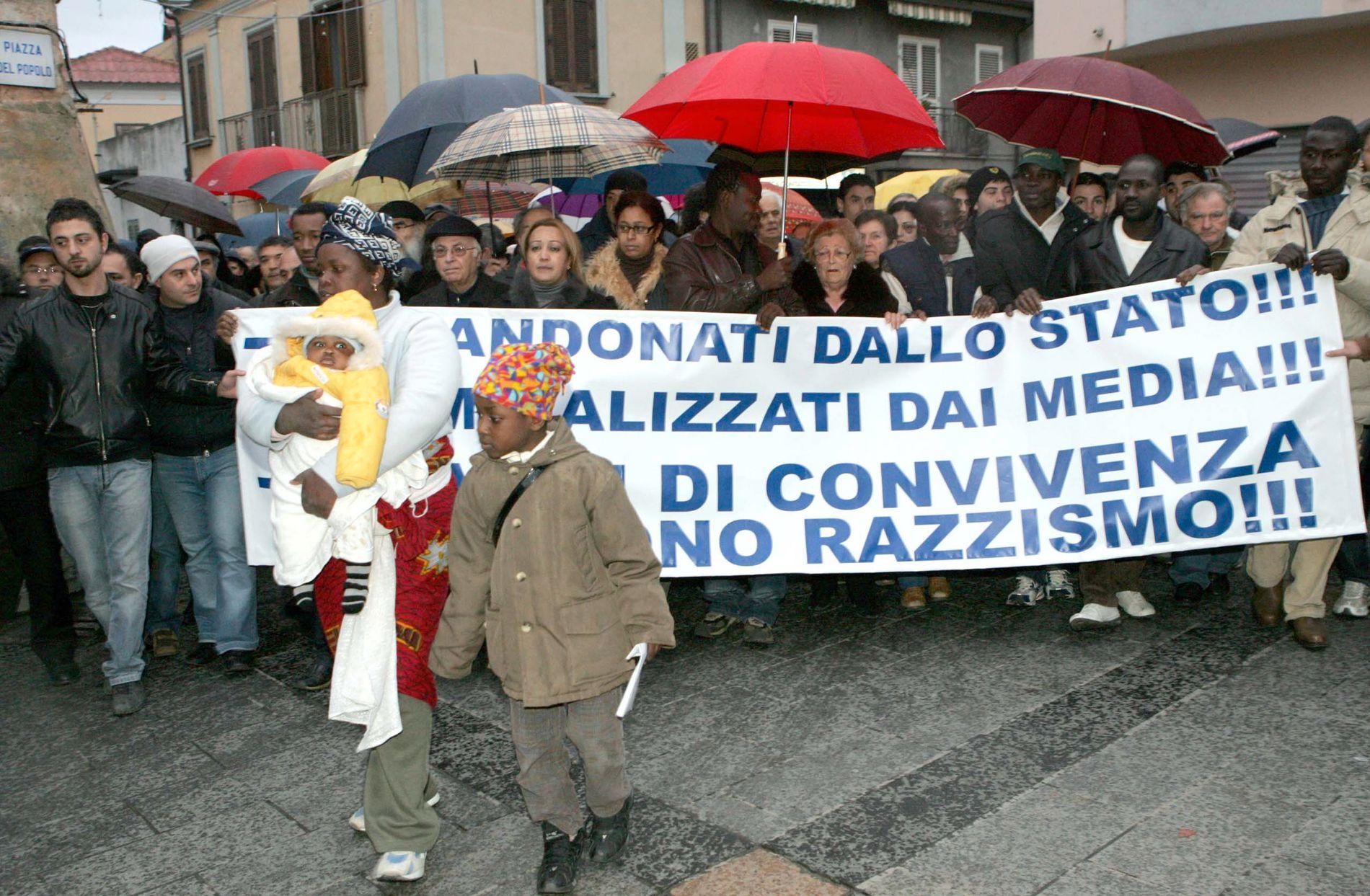 SJELDENT SYN: Lokale innbyggere og migranter demonstrerte i 2010 sammen mot rasisme og statlig neglisjering i byen Rosarno i Calabria, som er kjent for slavelignende arbeidsforhold i landbruket.
