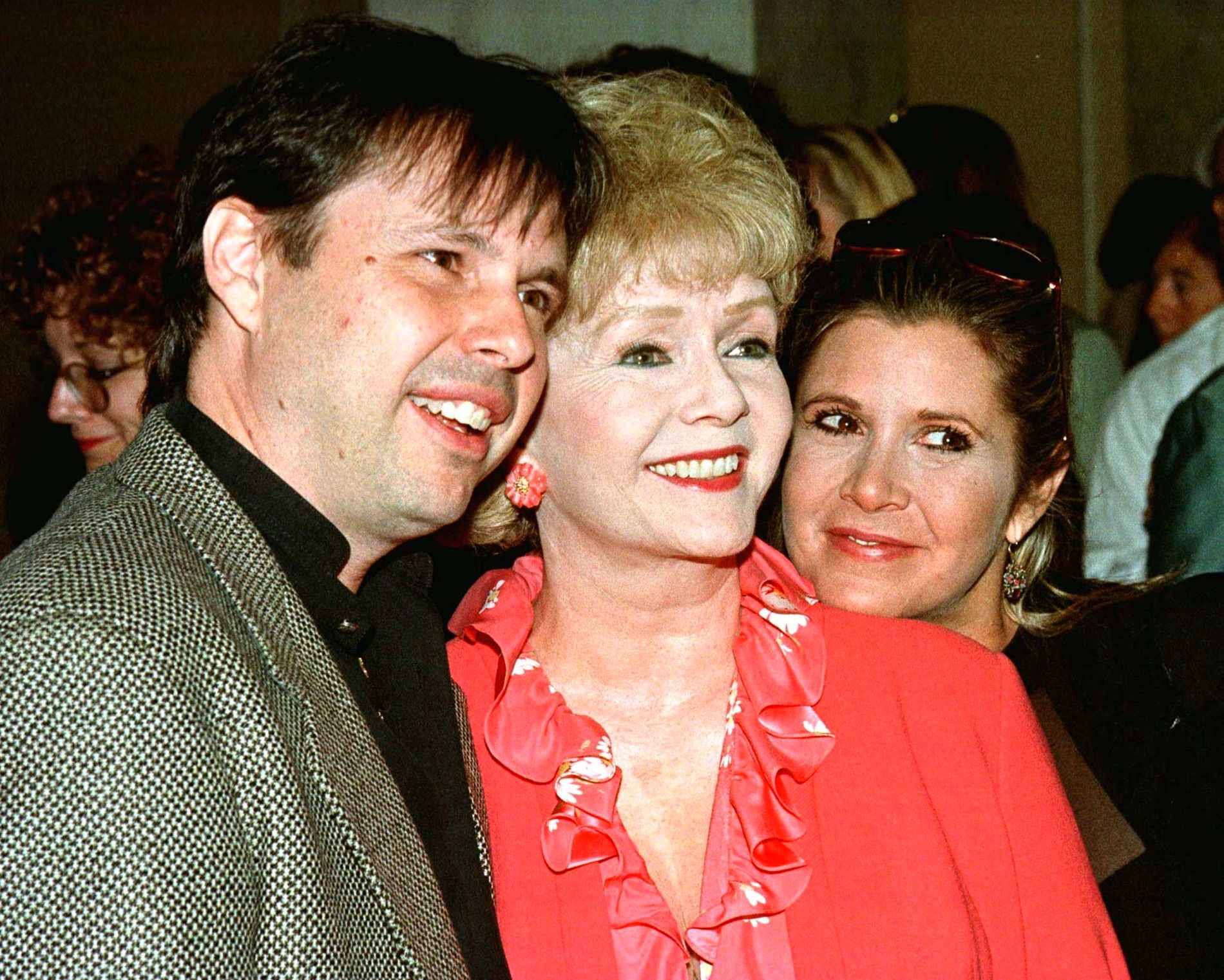MISTET MOREN OG SØSTEREN: Filmskaper Todd Fisher sammen med moren Debbie Reynolds og søsteren Carrie Fisher i 1998.