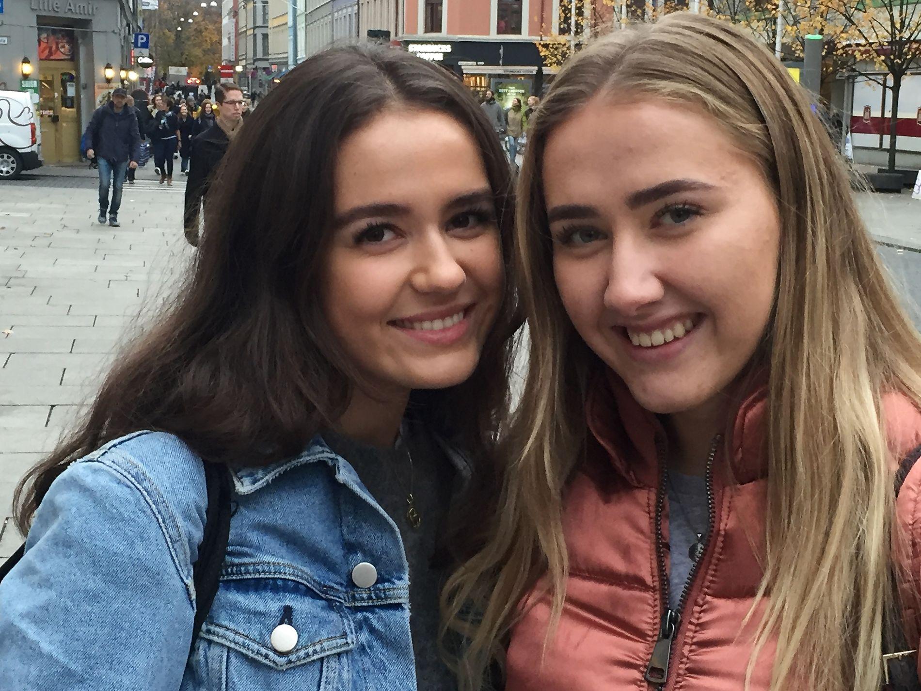 SENKET SKULDRENE: Fredagsfølelse og helgefri etter en lang skoleuke fikk frem smilet hos Emilie Ruud (til venstre) og Silje Engen. Men slik er ikke fasaden alltid, forsikrer de to 18-åringene.