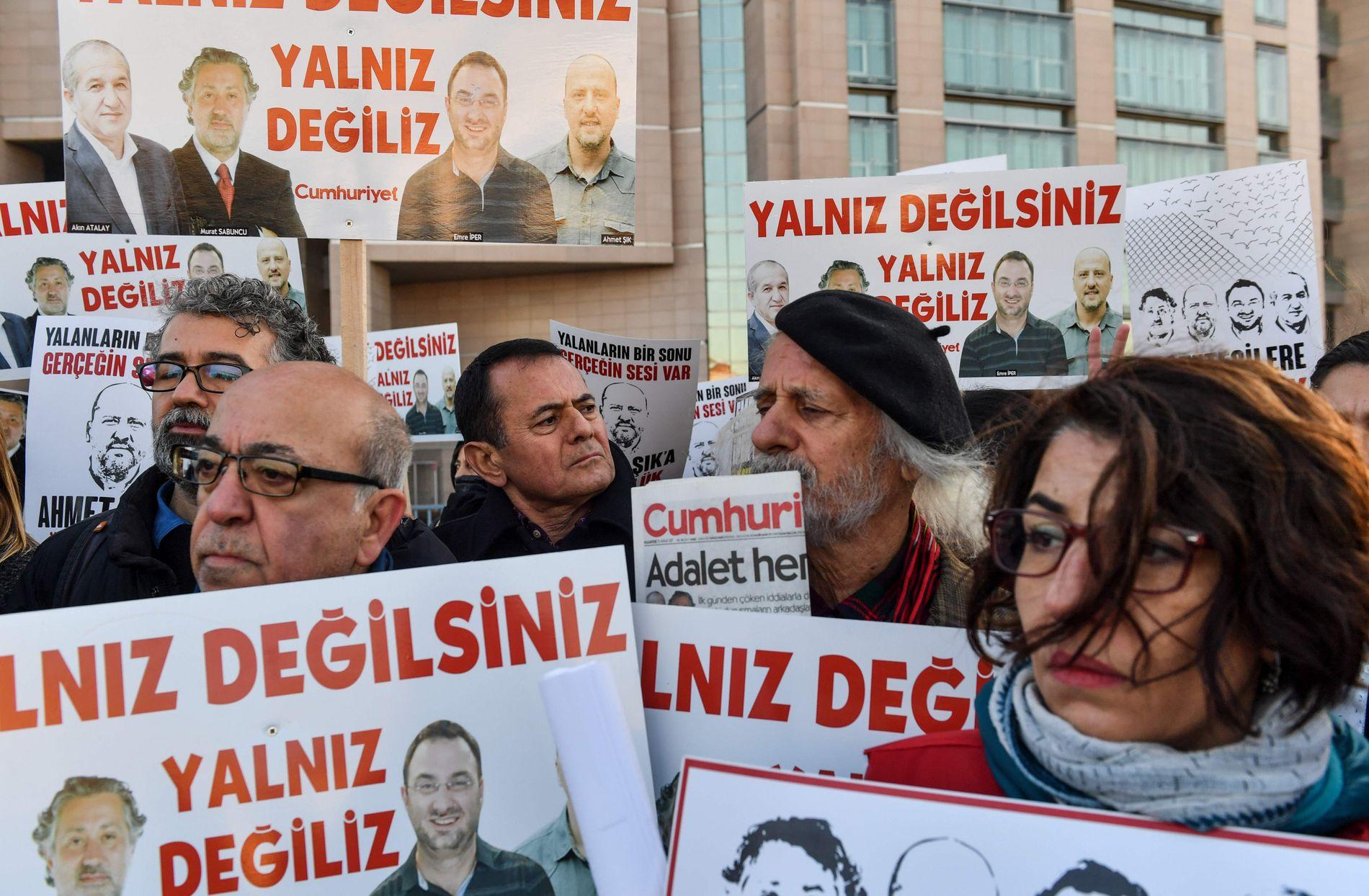 PROTESTER: Kolleger og støttespillere av de terrortiltalte journalistene i avisen Cumhuriyet demonstrerte i desember for å si «du er ikke alene».