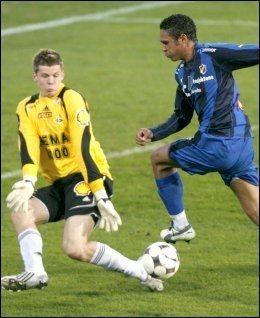 NANNSKOG-FAVORITT: Daniel Nannskog mener Rune Almenning Jarstein er den beste keeperen i norsk fotball. Her er Jarstein i aksjon for Rosenborg mot Stabæk og Nannskog i 2008. Foto: Scanpix