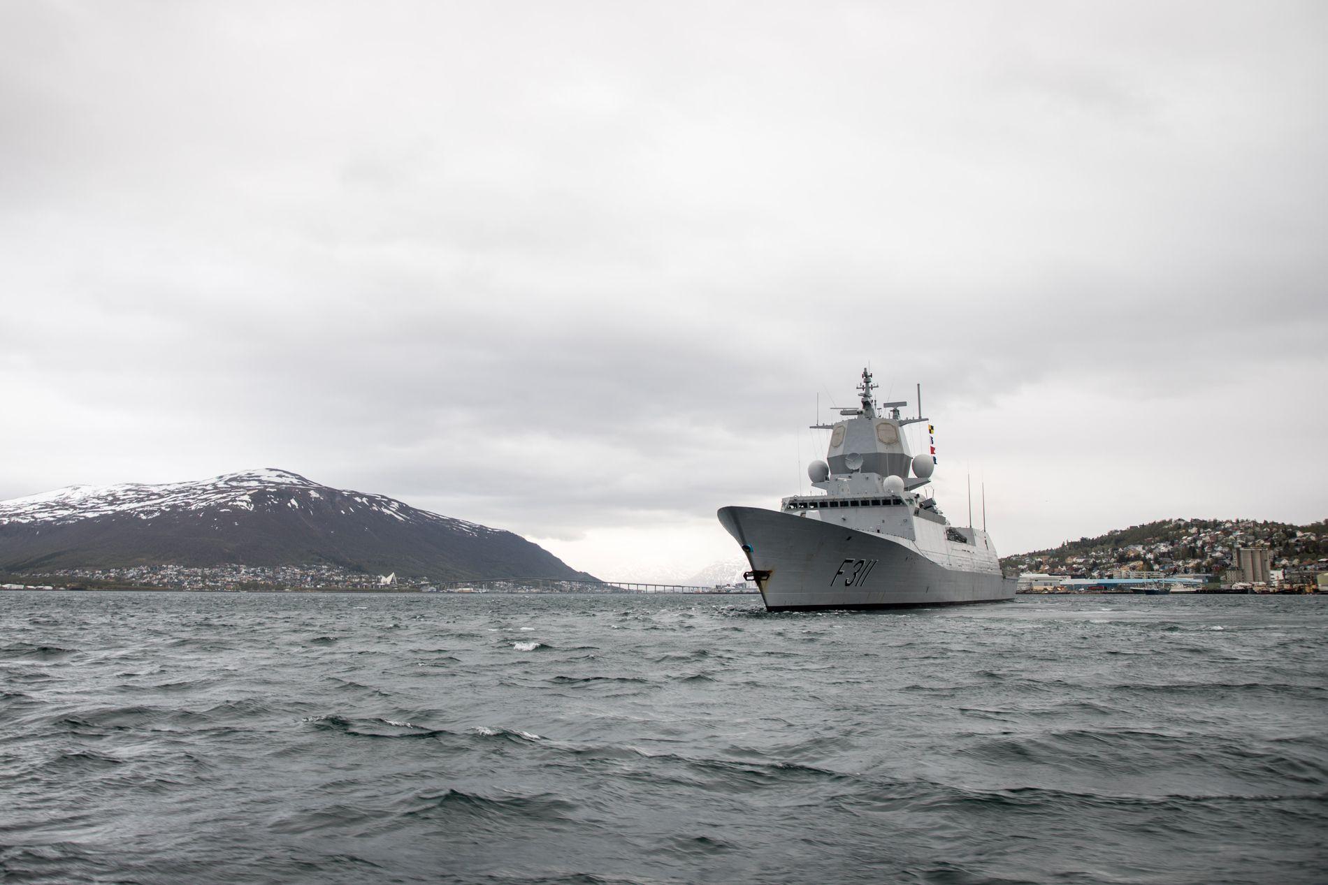 MØTER «SOLA TS»: KNM «Roald Amundsen» skal i natt delta i en seilas for å prøve å gjenskape ulykkesnatten til KNM «Helge Ingstad.»