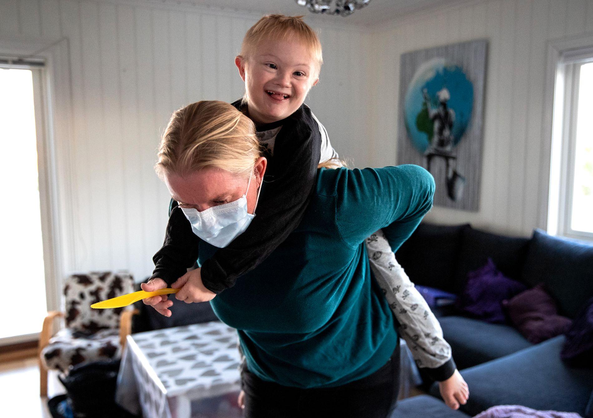 PASSER PÅ: Edvan (8) har blant annet downs syndrom og en sjelden tarmsykdom. Mamma Nina Bakkefjord kjemper for en endring i pleiepengeordningen, som i dag har en maksgrense på 1300 dager.