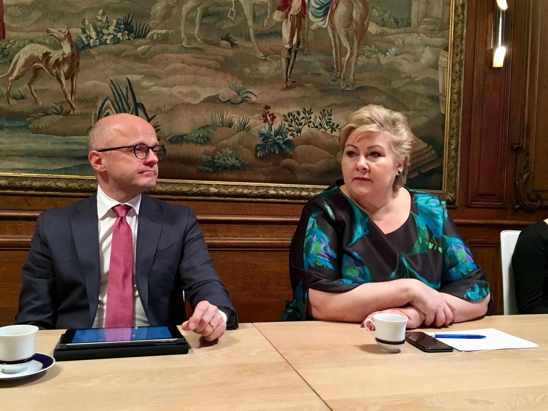 I PARIS:Norges klimaminister Vidar Helgensen (t.v) og statsminister Erna Solberg (t.h) representerer Norge på klimatoppmøtet i Paris, der 130 land deltar. FOTO: Nora Thorp Bjørnstad, VG