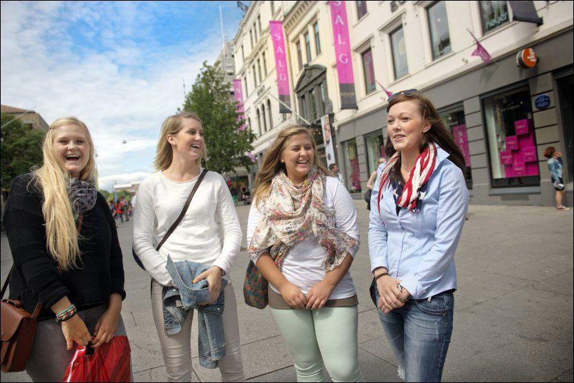 PÅ SHOPPINGTUR: Karoline Smeby Vassjø (20), Camilla Ryen (20), Anne Karin Hvamstad (20) og Heidi Bråthen (20) har reist fra Hedmark til Oslo for å fylle handleposene. Foto: Kristian Helgesen/VG
