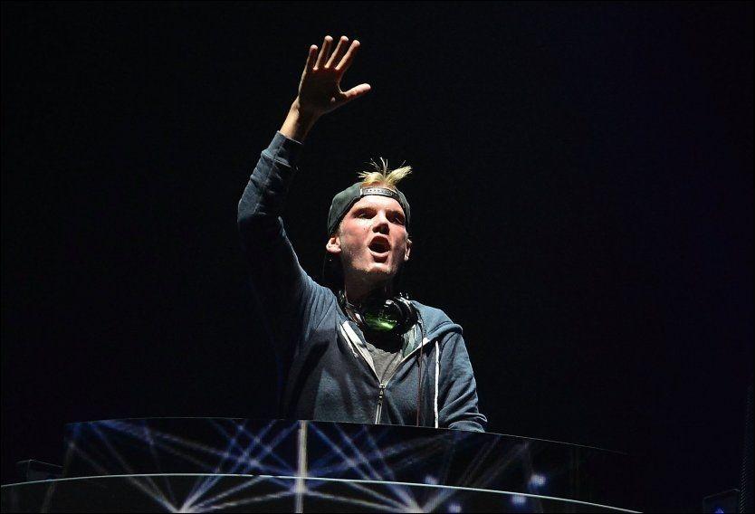 TRIUMFERENDE: Tim Bergling, bedre kjent som Avicii, i det som har blitt en velkjent positur under hans millioninnbringende DJ-sett. Foto: wenn.com