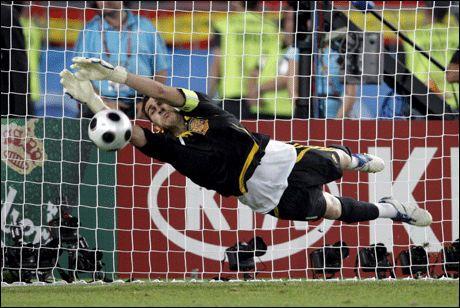 HELT: Iker Casillas reddet to straffer og ble den store helten da Spania slo Italia. Foto: EPA