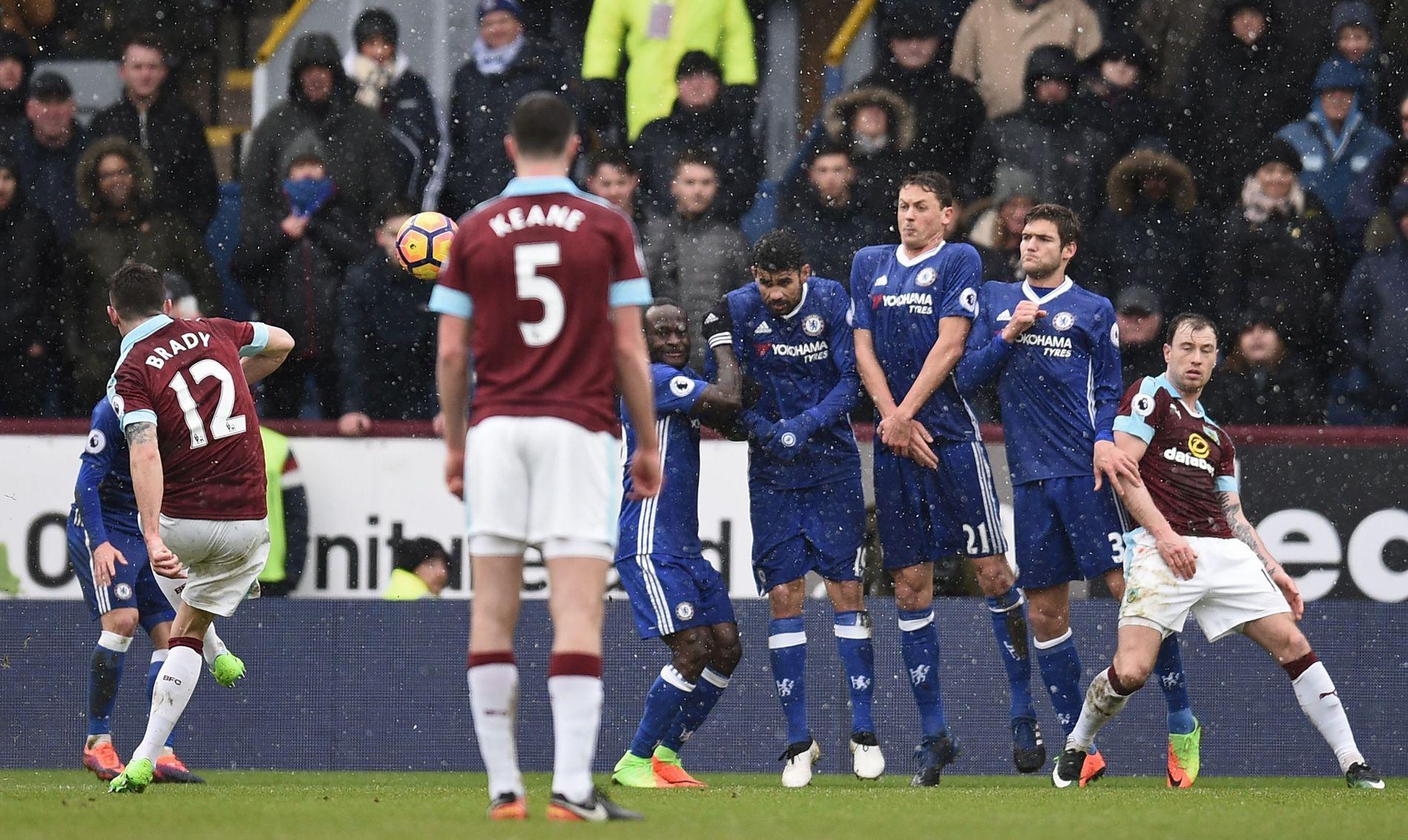 KAMPENS PRESTASJON: Her stikker Robbie Brady (nummer 12) kjepper i hjulene for Chelsea.