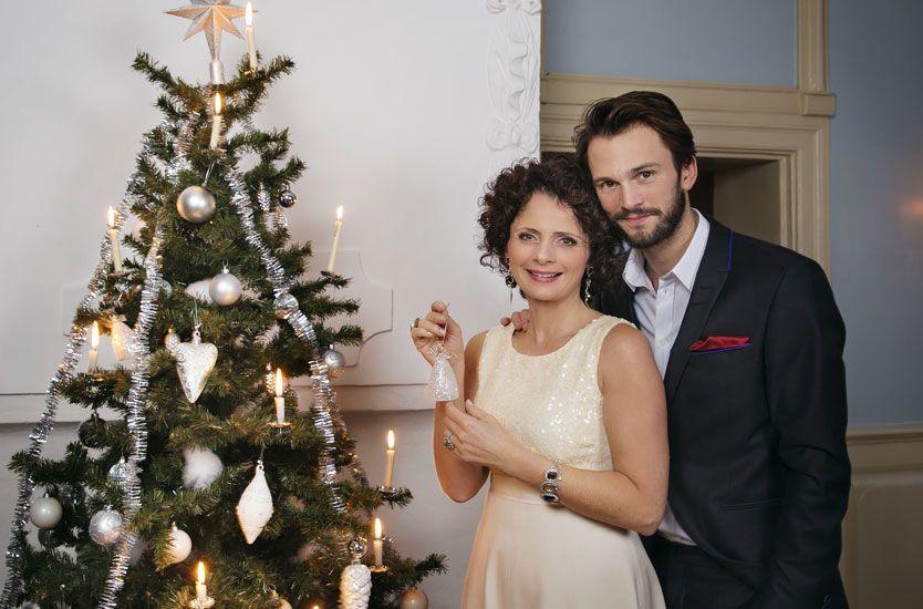 NY PROGRAMLEDER: Nadia Hasnaoui tar over etter Ingrid Gjessing Lindhave. Sammen med Kåre Magnus Berg skal hun gi folke julestemning. Foto: NRK