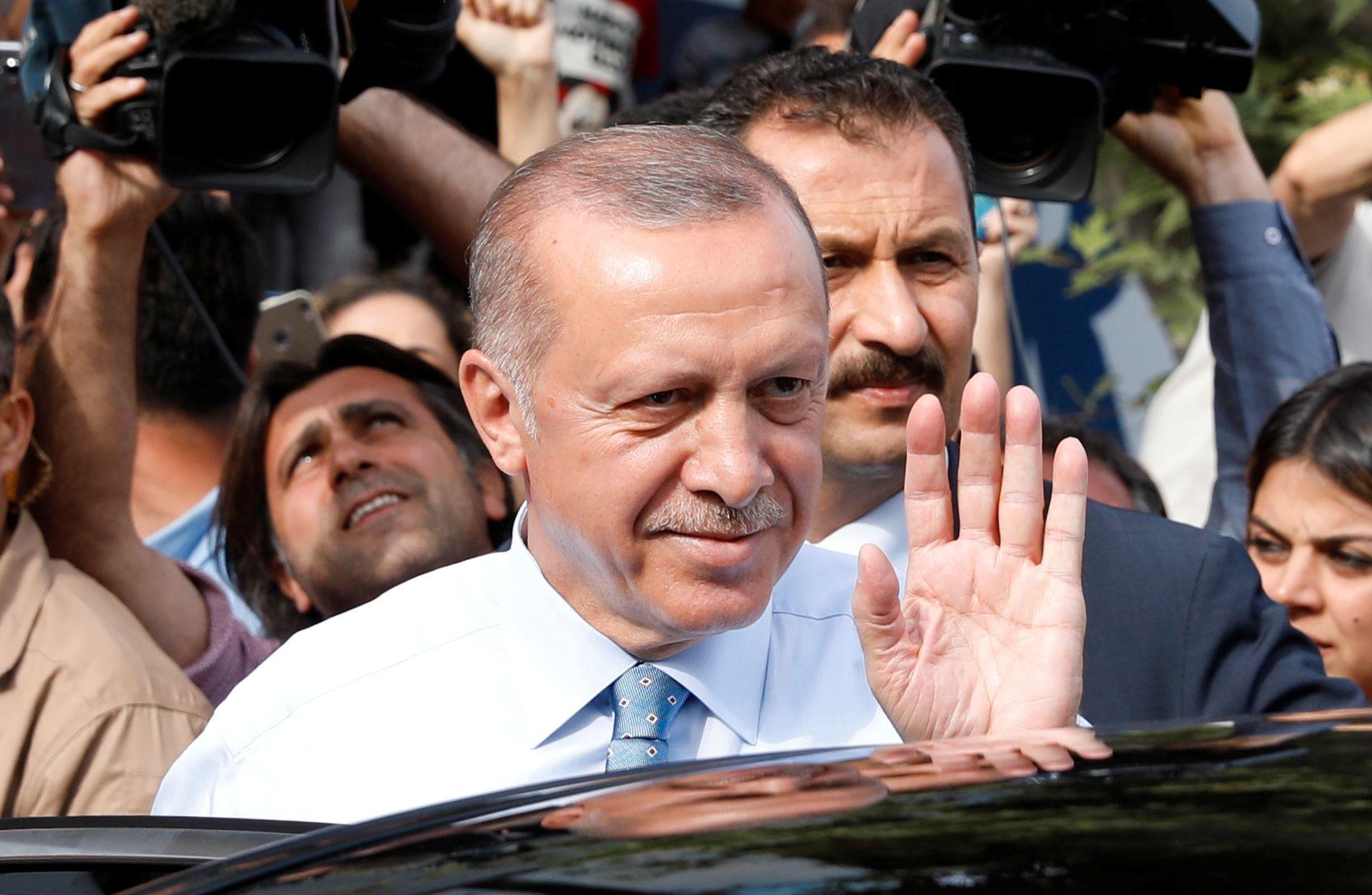 VIL BLI GJENVALGT: Recep Tayyip Erdogan vinket til sine tilhengere idet han forlot sitt hjem i Istanbul på valgdagen.