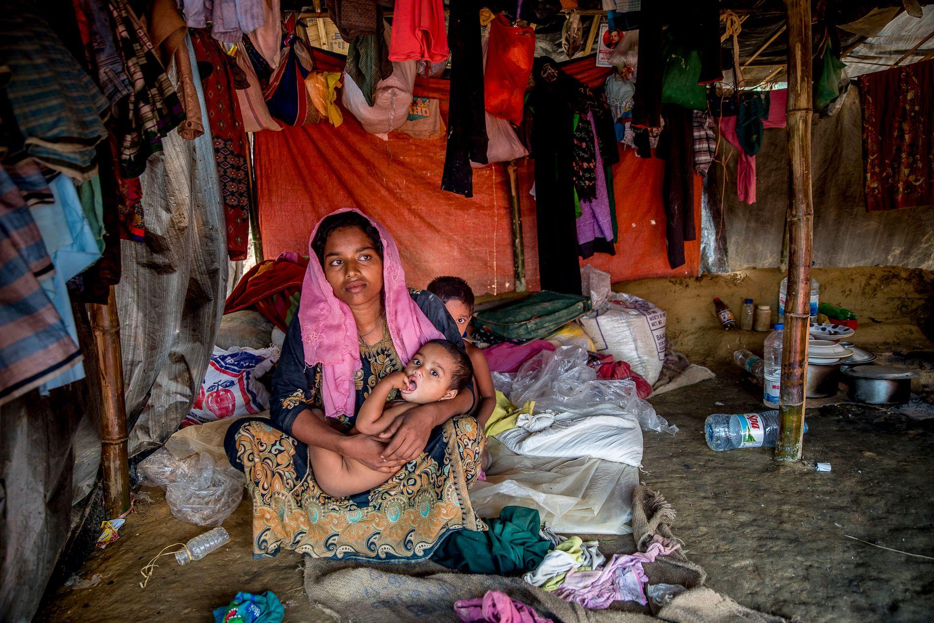 TØFF BARNDOM: Shafiga Begum (25) sitter med ett år gamle Mobasherza på fanget. Bak står Nur Sobham (3) og gjemmer seg. Han er redd fotografen, sier moren.