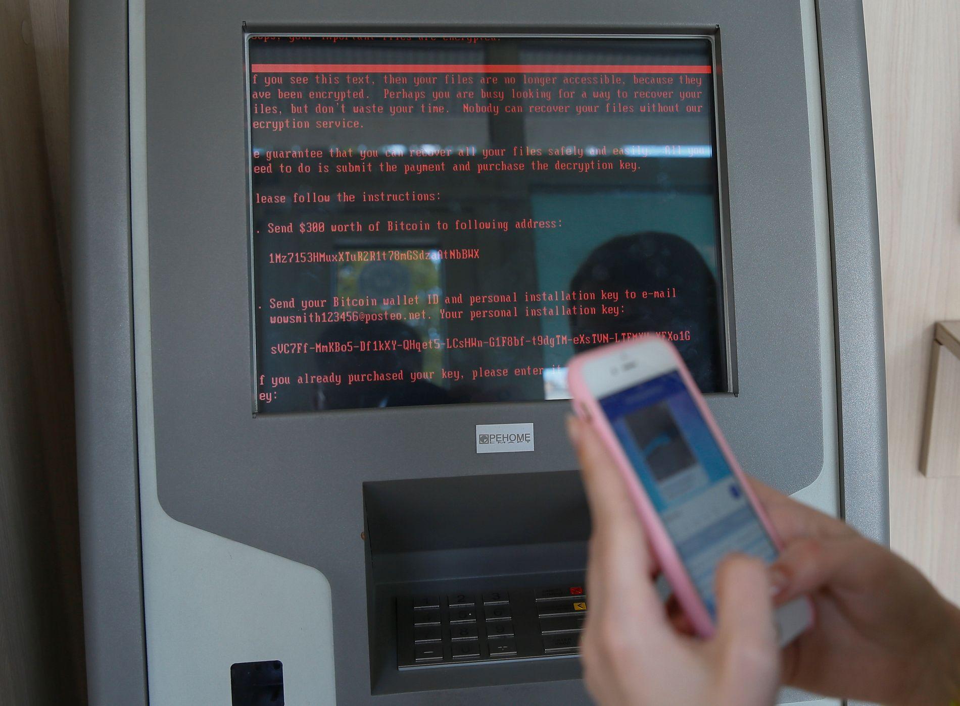INFISERT: Viruset av typen Petya har til og med spredt seg til minibanker i Ukraina. Her vises beskjeden som ber om 300 dollar i Bitcoins for å låse opp «maskinen» på en minibank eid av den statseide banken Oschadbank i Kiev.