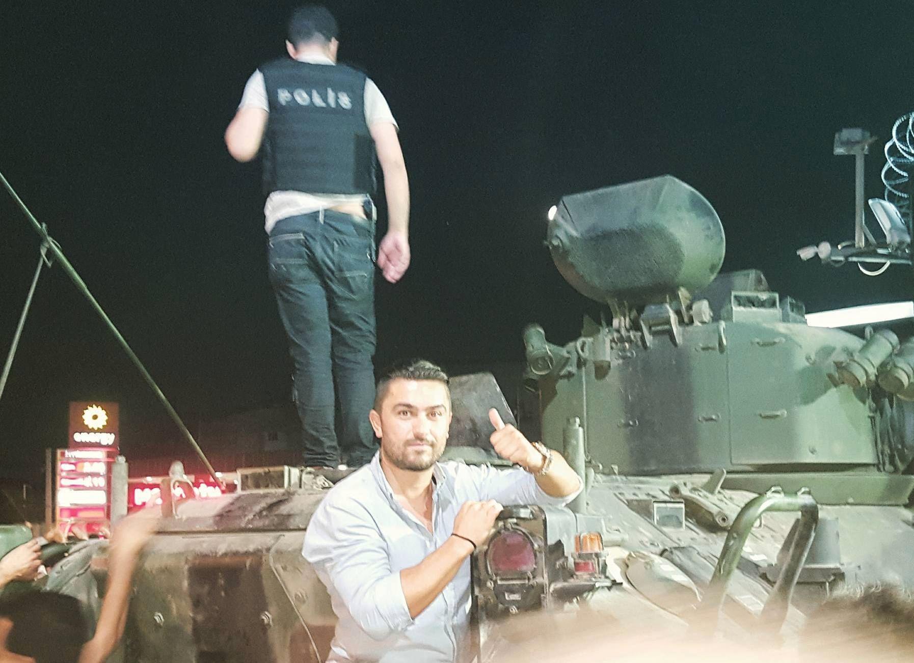 STORT POLITIOPPBUD: Erdogan Ileri (36) fra Oslo forteller om kaotiske scener i den tyrkiske byen Istanbul natt til lørdag. Et enormt politikorps er tilstede i byen etter at det meldinger om at militæret, eller deler av militæret, hadde gjennomført et statskupp.