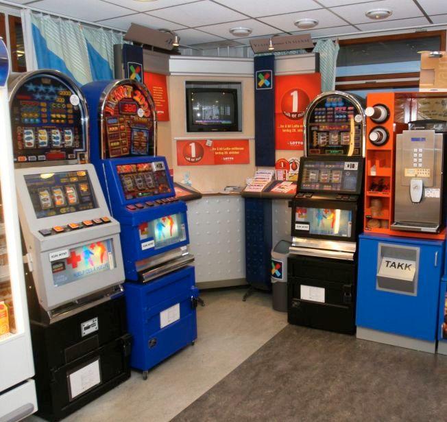 REGULERT SPILLMARKED: Spillautomater, som disse ved Molde sykehus, skapte problemer for spillavhengige. Etter en samlet vurdering ble slike automater forbudt i 2007.