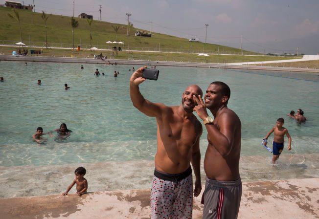 SELFIE: Alvaro Chames (46) (t.v.) og Walaca Souza (34) foreviger den varme sommerdagen.