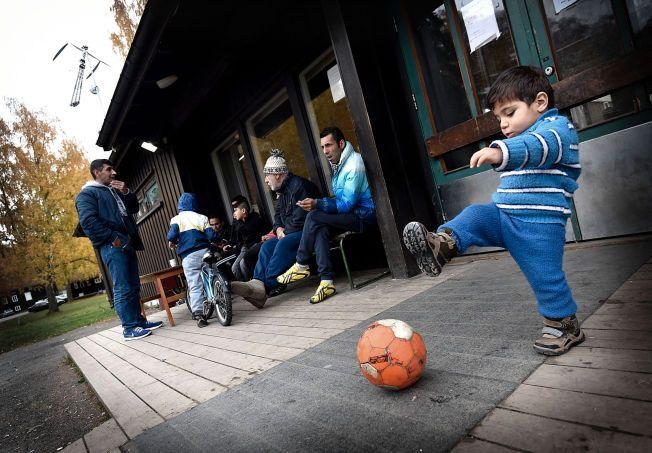 VENTER: Norske kommuner jobber hardt for å skaffe bolig til flyktninger. Denne gruppen fikk først plass på Hvalsmoen transittmottak.