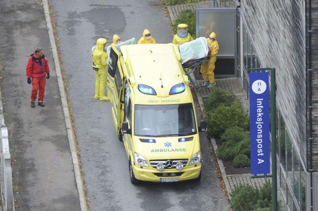 BEHANDLES: Her blir den norske kvinnen fraktet inn på Ullevål sykehus i Oslo for behandling av ebola-viruset.